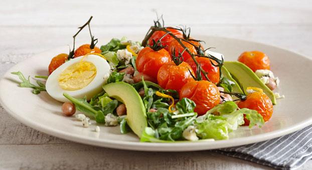 Recettes: Salade repas aux tomates rôties